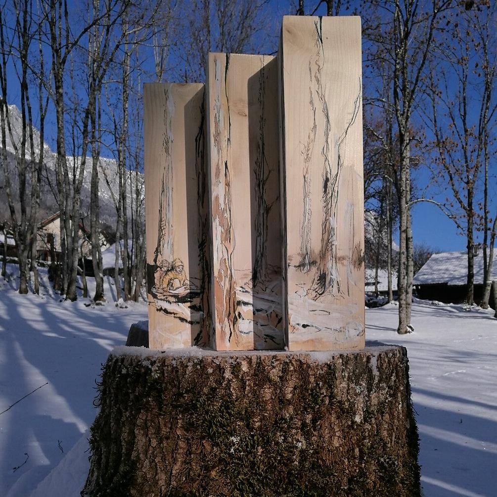 """Installation in-situ sur la souche d'un frène récemment abattu sur le plateau des petites roches """"Forêts"""", encre et détrempe à l'oeuf sur bois du nord"""